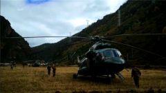 西藏军区出动直升机为金沙江堰塞湖灾民补给物资