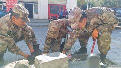 西藏军区某边防团对堰塞湖险情过后遗留垃圾进行清理