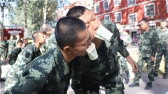"""武警北京市总队新兵团:大家一起""""玩嗨了"""""""
