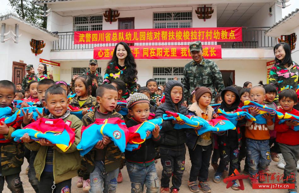 武警四川省总队机关幼儿园给孩子们送来百余套校服.李结义摄