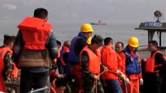 重庆:武警官兵持续展开坠江公交车搜救