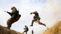 新疆军区某部组织新兵开展战场防护科目训练