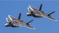 歼-20战机进行飞行表演前预演