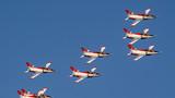 中国空军红鹰飞行表演队在珠海机场进行彩排训练。