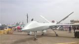 """在第十二届中国国际航空航天博览会上,我们再次看到了彩虹-5中高空长航时无人机系统,与2016年航展首次展出的样机不同。此次推出的量产型彩虹-5无人机外形更美、体型更大、载荷更多、侦察打击能力更强,还率先被赋予了""""综合察打""""的新概念,是攻击无人机察打一体功能的进阶版。"""