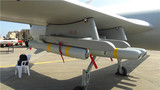 彩虹-5无人机携带两种不同型号的导弹。