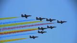 """空军航空大学""""红鹰""""飞行表演队驾""""K-8""""高级教练机在第十二届中国航展开幕上进行飞行表演"""