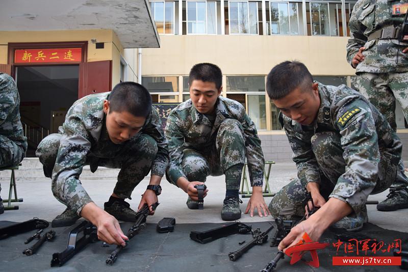 图2.擦拭保养武器