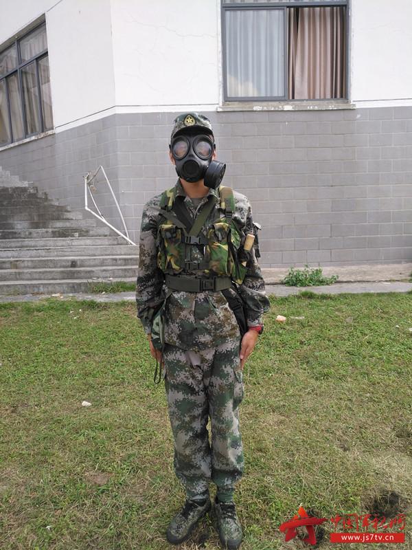 图8.迅速穿戴好防毒面具