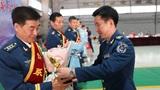 团领导为老飞行人员颁发奖杯。