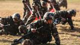 官兵在越野射击中进行战术动作。