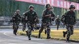 官兵进行越野射击1公里奔跑。