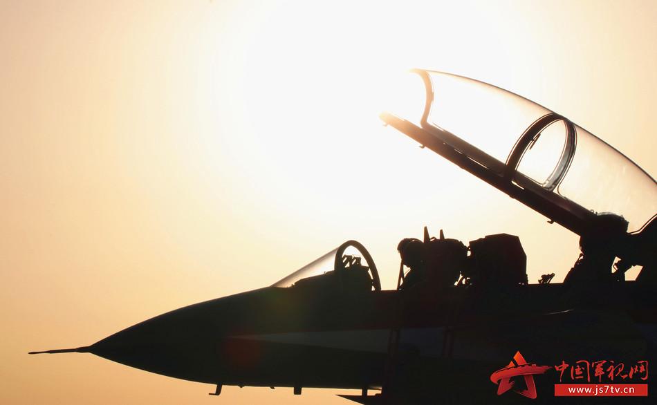 01-8月16日上午,空军八一飞行表演队歼-10飞机在新疆某机场进行飞行准备。 余永德 摄