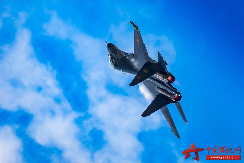 8月27日,空军新型战机进行飞行训练,为空军航空开放活动做准备。