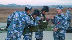 海军空中战勤女学员完成首次跳伞