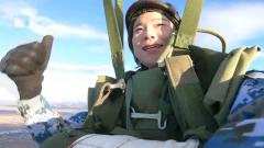 【第一军视】赞!海军两名女学员首次跳伞 不惊不怕