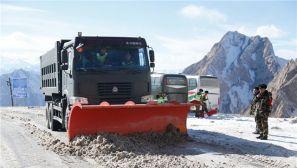 新藏线结冰受阻:武警某部鏖战6小时抢通道路