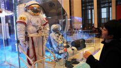改革开放40周年展览:航天宇航服引围观