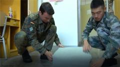 """现场教学 外军学员能不能学会叠中国""""豆腐块""""?"""