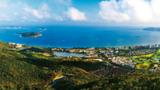 海南积极融入国家重大战略,打造海岛休闲旅游度假胜地。图为海南三亚亚龙湾。