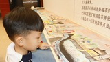 小朋友在观看儿童版《清明上河图》。