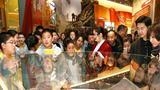 参加展览的学生们在参观老北京大杂院微缩景观。