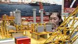 """11月24日,观众在""""伟大的变革——庆祝改革开放40周年大型展览""""上拍摄荔湾3-1气田中心平台模型。 新华社记者 殷刚 摄"""