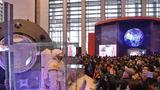 """11月25日,观众在""""伟大的变革——庆祝改革开放40周年大型展览""""上参观。新华社记者 王全超 摄"""