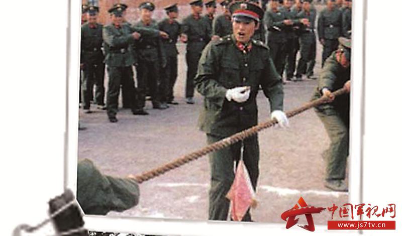 上世纪90年代,官兵在宿舍前拔河1(0)