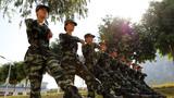 武警女兵在进行队列训练。