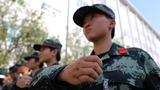 """一名武警女兵训练中,手上的伤痕体现出""""女汉子""""风范。"""