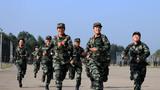 武警女兵在进行训练前热身跑。