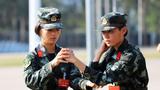 武警女兵班长唐霜(左)在教本班战士格斗基础动作训练。