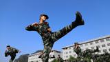 武警女兵在练习腿法基础动作。