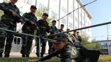 武警女兵在进行战术训练。