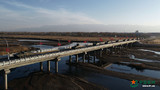 裝甲車通過大橋。