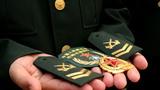 卸下的军服标志服饰。