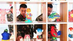 军营创客室来了 打仗的双手也能搞出创意作品来