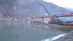 国道318金沙江钢桥成功合龙