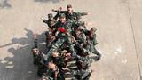 2018年11月29日,武警新兵蔡兆鵬打出五十環好成績,全班戰友把他拋向空中表示祝賀。