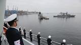和平方舟驶抵智利瓦尔帕莱索港时,海军官兵列队站坡。江山摄