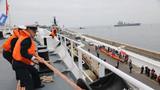和平方舟驶抵智利瓦尔帕莱索港时,海军官兵在带缆。江山摄