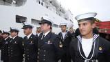 11月29日,在智利瓦尔帕莱索港码头,智利海军官兵在码头列队欢迎中国海军和平方舟医院船首次到访。江山摄