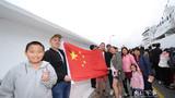 11月29日,在智利瓦尔帕莱索港码头,华侨华人展开五星红旗热情欢迎中国海军和平方舟医院船首次访问智利。江山摄
