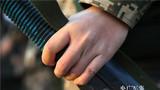 女兵被磨破的手 。