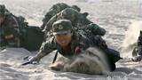 女兵在沙漠中苦练战术 。