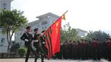11月30日,武警广东总队机动支队举行退伍士官向军旗告别仪式,支队百余名官兵参加仪式。图为庄严肃穆迎军旗。