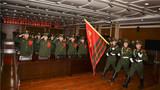 11月30日,武警甘肃总队参谋部直属队为全体退役老兵举行军旗告别仪式,为满服役期的老兵送行。图为迎武警部队旗。