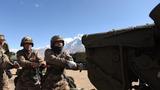 为保证射击精度和安全,炮班战士在射击间隙擦拭火炮。(潘涛 摄)