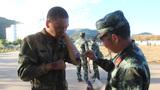 衛生員及時給受傷戰士處理傷口。